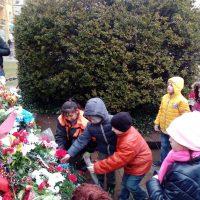 Учениците от 1 а клас поднесоха цветя на паметника на Васил Левски